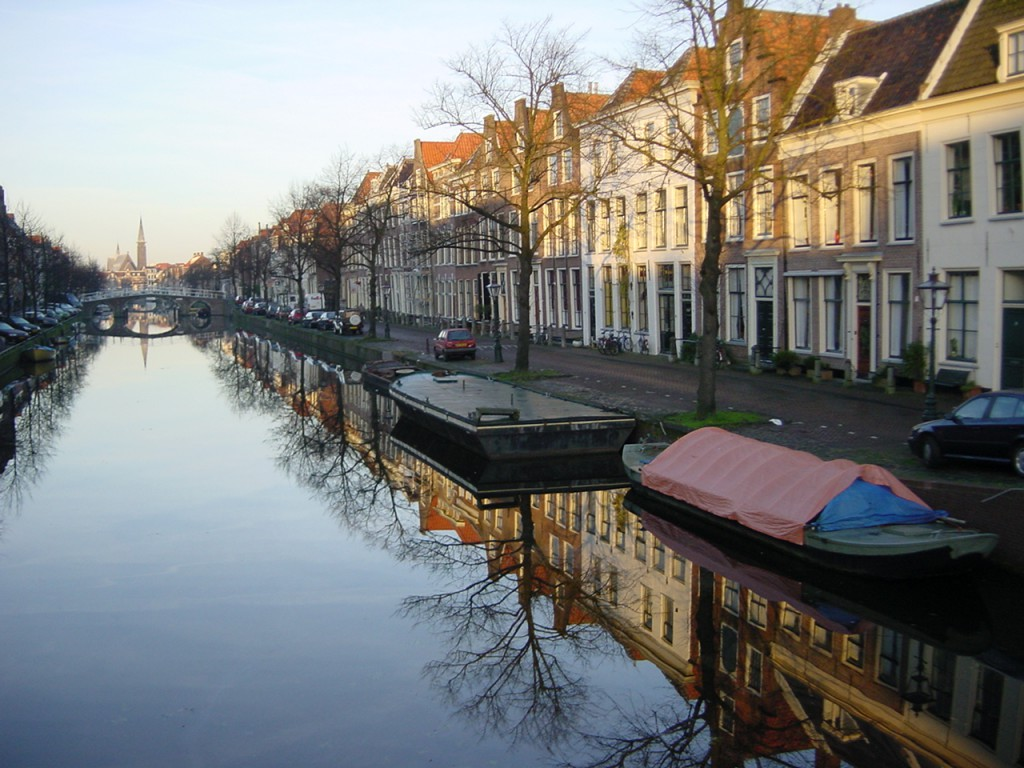 canal-in-leiden-nl-1505089